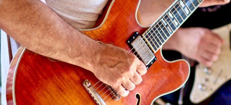Comment choisir sa première guitare ?